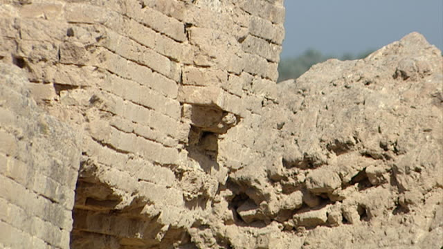 of the ruined mud brick walls of the ancient city of babylon. since 2003 gulf war occupying forces have caused irreparable damage to the site. - 足根点の映像素材/bロール