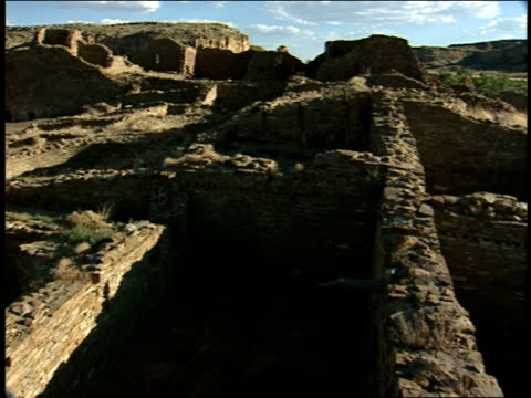 the ruins of the pueblo del arroyo still stand in new mexico. - chaco canyon stock videos & royalty-free footage