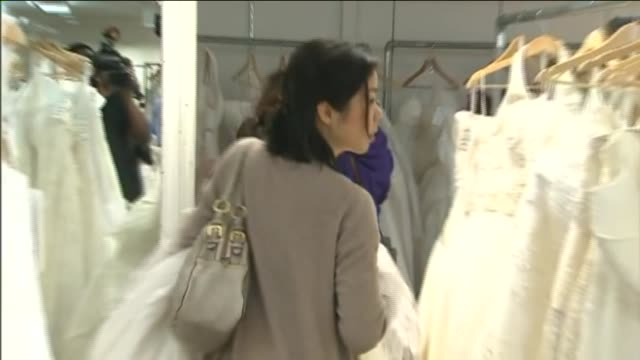 The Running Of Brides Is A Oneday Sale Wedding Gowns Attracting Hundreds Bridestobe