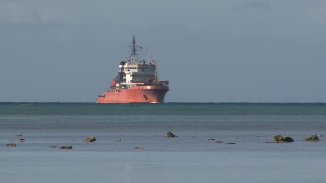 the russian navy salvage tug fotiy krylov transits the waters of joint base pearl harborhickam during the biennial rim of the pacific exercise... - 隊列点の映像素材/bロール