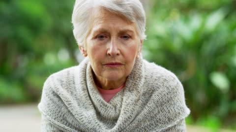 vídeos y material grabado en eventos de stock de el lado triste de envejecer - enfermedad de alzheimer