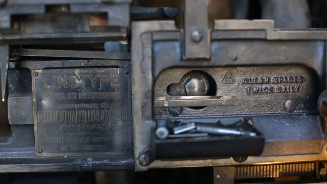 vídeos de stock e filmes b-roll de the saguache crescent newspaper is the last newspaper in the united states that is produced using a linotype hot metal typesetting machine dean... - máquina de linótipo