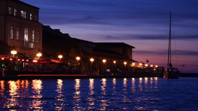stockvideo's en b-roll-footage met de zeilboot nadert marina's nachts in izmir, turkije. - rondrijden