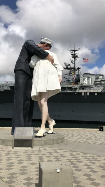 the sailor kissing nurse statue in front of the uss midway museum in san diego in march 2021 amid the covid-19 pandemic - war stock-videos und b-roll-filmmaterial