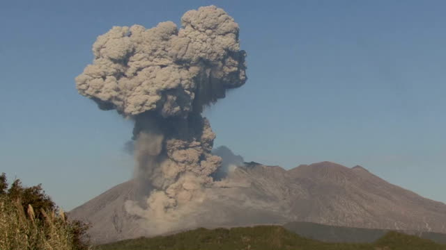 the sakurajima volcano made a major eruption in the morning of february 8 the second such explosive eruption following the one on february 5 local... - vulkanausbruch stock-videos und b-roll-filmmaterial