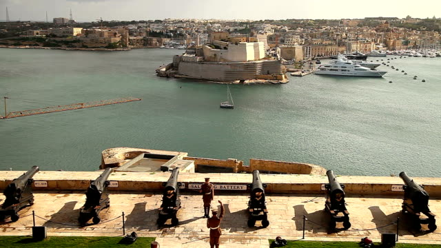 vídeos de stock e filmes b-roll de the saluting battery noon day gun in valletta - divisa