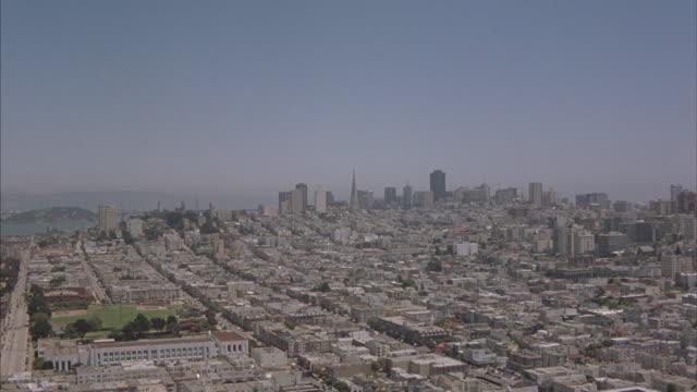 vídeos y material grabado en eventos de stock de the san francisco skyline with a view of the entire city. - desigual con textura