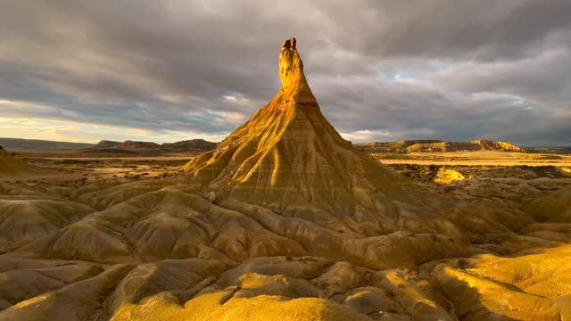 the sandstone formations in the bardenas reales badlands in north of spain. cabezo de castildetierra en las bardenas reales en el norte de españa. - badlands stock videos & royalty-free footage
