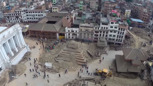 vidéos et rushes de the scale of devastation caused by the 75 magnitude earthquake that hit nepal on saturday can be seen in this aerial footage as hundreds of homes and... - tremblement de terre