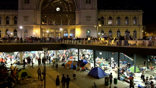 the scene at budapest keleti station, where thousands of refugees have been locked-out and prevented from boarding trains to seek asylum in germany.... - 精神病院点の映像素材/bロール