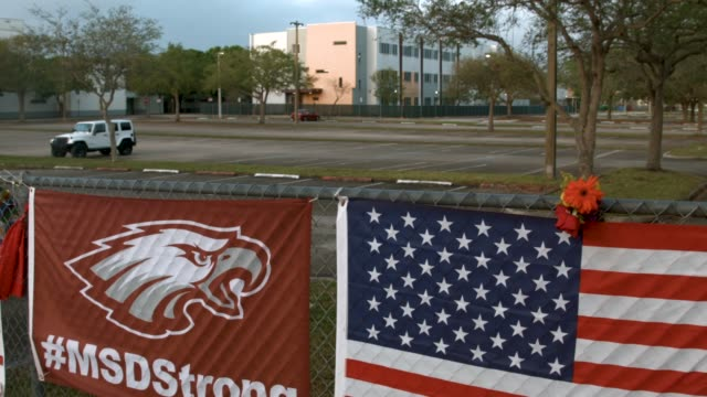 vídeos y material grabado en eventos de stock de the scene in front of marjory stoneman douglas high school is seen after on february 21 2018 in parkland florida police arrested and charged 19 year... - luto
