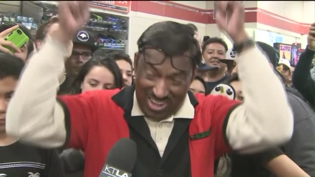 stockvideo's en b-roll-footage met ktla the scene was celebratory at a 7eleven in chino hills where one of three jackpotwinning powerball tickets was sold - loterij kansspel