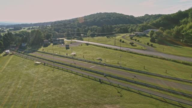 De landskap Flygfoto över Poconos, Monroe County, Pennsylvania. Solig sommarmorgon. Panoramautsikt har utsikt över bergen och små banan, längs motorväg Interchange U.S. 209.