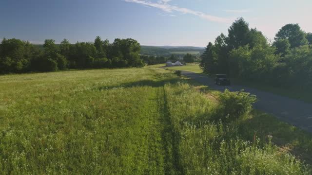 De landskap Flygfoto över Poconos, Monroe County, Pennsylvania. Solig sommarmorgon. Bilen på landsvägen nära av Kunkletown.