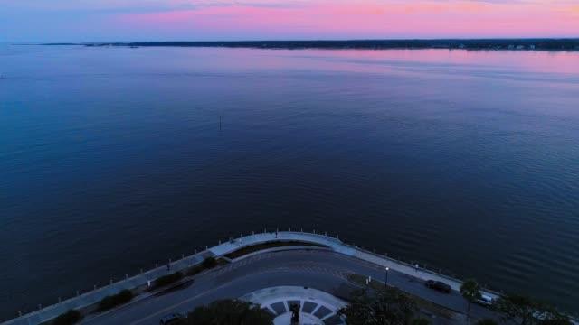 das malerische panorama luftbild von charleston, south carolina, bei sonnenuntergang - lila stock-videos und b-roll-filmmaterial