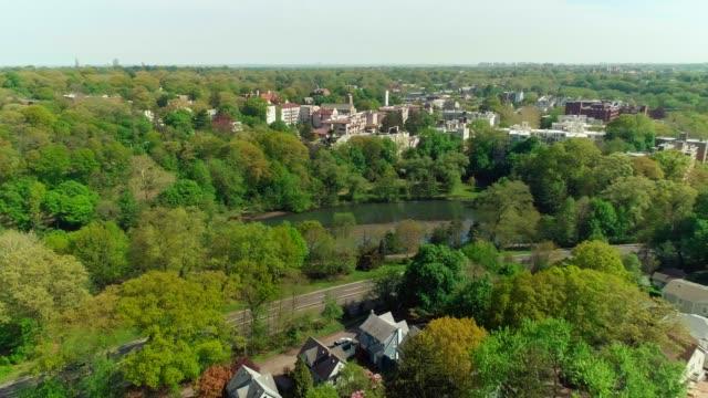 vídeos de stock, filmes e b-roll de uma paisagem vista aérea da bronxville vila sobre o bronx river park e o rio bronx. - pensilvânia
