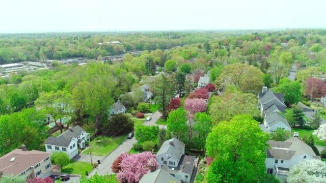die malerische luftaufnahme des scarsdale stadt, westchester county, new york state, usa, am sonnigen frühlingstag. - wohnviertel stock-videos und b-roll-filmmaterial