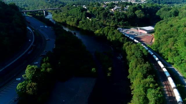 Den natursköna Flygfoto över bron över Lehigh floden nära av Jim Thorpe, Pennsylvania, vid solnedgången.
