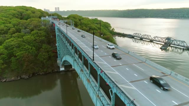 the scenic panoramic aerial view to the inwood hill park, manhattan, over the henry hudson bridge - inquadratura dall'ascensore video stock e b–roll