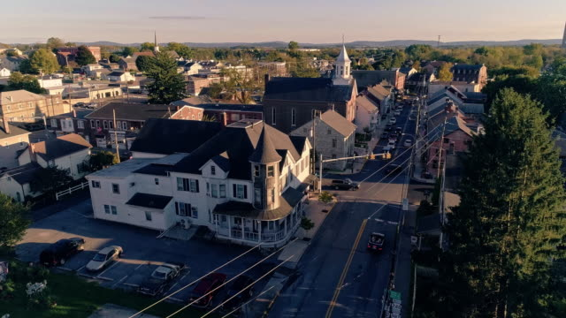 the scenic view of the small pennsylvanian town bath at sunset. appalachian mountains, pennsylvania, usa. aerial drone video with the forward camera motion. - piccola cittadina video stock e b–roll