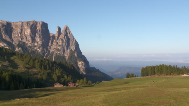 the schlern massif or sciliar massif seen from the seiser alm (alpe di siusi). seiser alm, schlern, santnerspitze, alto adige, trentino-alto adige, south tyrol, dolomites, italy, europe. - seiser alm stock videos & royalty-free footage
