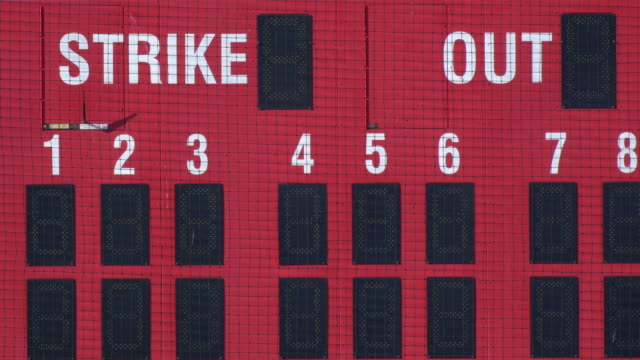 stockvideo's en b-roll-footage met the scoreboard at a baseball game. - honkbal teamsport