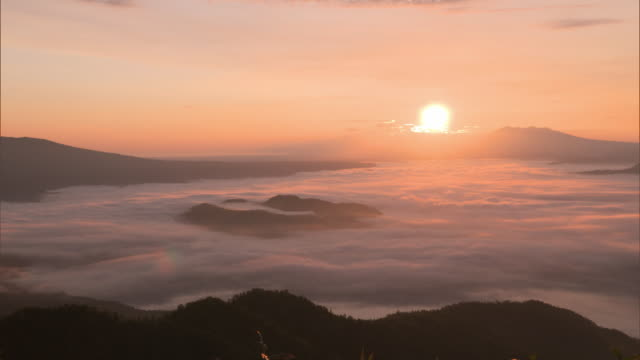 the sea of clouds over lake kussharo - echtzeit stock-videos und b-roll-filmmaterial