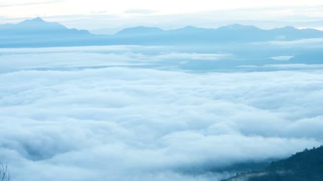 vídeos de stock e filmes b-roll de o mar de nevoeiro - valley