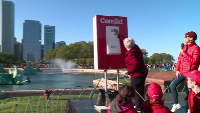 vidéos et rushes de the second annual switch on summer event, hosted by the chicago park district and comed, brought chicagoans to grant park to celebrate as the chicago... - switch