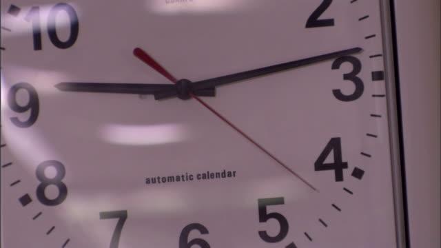 vídeos y material grabado en eventos de stock de the second hand of an analog clock sweeps across the face. - manecilla de segundos