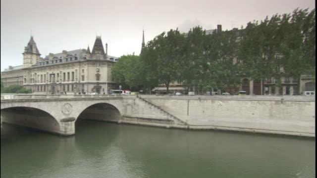 the seine river flows past the pont neuf and through paris. - ポンヌフ点の映像素材/bロール