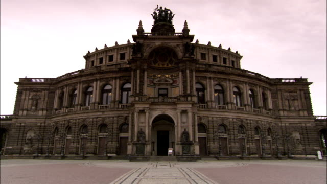 stockvideo's en b-roll-footage met the semperoper opera house boasts intricate baroque architectures. available in hd. - binnenplaats