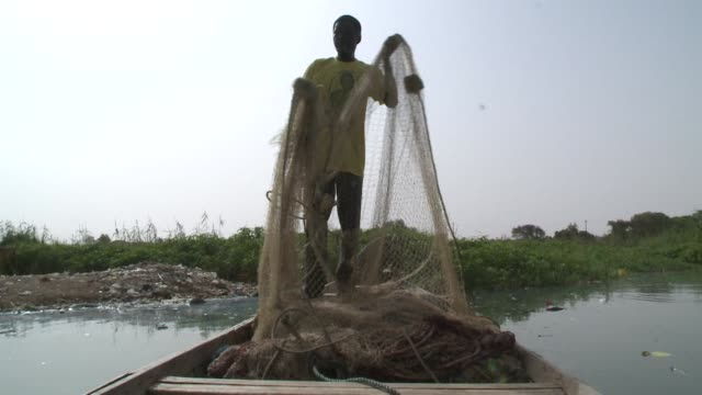 vídeos de stock e filmes b-roll de the senegalese fishing industry is struggling but there are hopes that new investment in fish farming will help increase supply and provide some much... - senegal