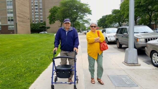 stockvideo's en b-roll-footage met de senior 90-jaar oude man lopen met zijn senior 70-jaar-oude dochter op straat - 70 79 jaar