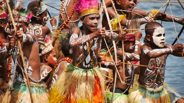 vídeos de stock e filmes b-roll de the sentani lake festival is one of three impressive festivals on papua besides the baliem valley festival and the asmat festival that together offer... - dança da guerra
