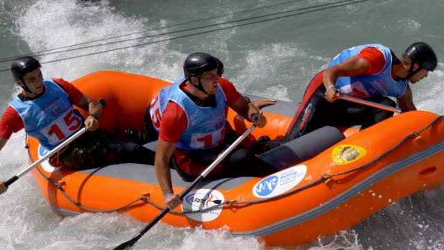 the serbian men's under 23 rafting team in the slalom competition on the dora baltea river during world rafting championship on 23 july 2018, ivrea - world rafting championship video stock e b–roll