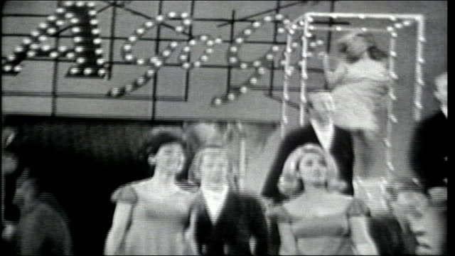 vídeos de stock, filmes e b-roll de the serendipity singers introduce bruce scott in song - espetáculos de variedade