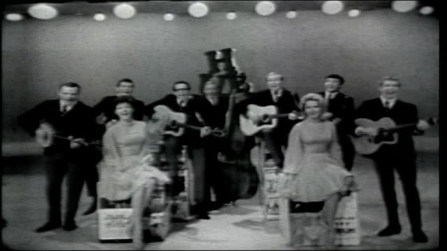 vídeos de stock, filmes e b-roll de the serendipity singers perform sing out - espetáculos de variedade