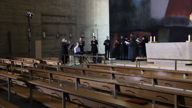 the service is performed by the vocal ensemble of the tonkunst-atelier berlin and the gospel singer carol mccollins-kreyenborg . berlin bishops... - carol singer stock videos & royalty-free footage