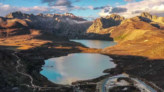 vídeos de stock, filmes e b-roll de o pôr-do-sol faz o pasto e a montanha de neve dourados - pureza