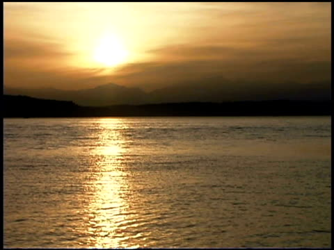 the setting sun reflects in the puget sound. - nordpazifik stock-videos und b-roll-filmmaterial