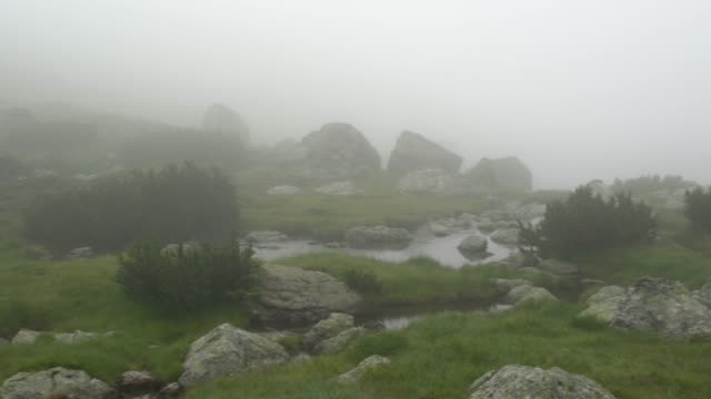 vídeos y material grabado en eventos de stock de the seven rila lakes at rila national park in a rainy and foggy day - montón de piedras