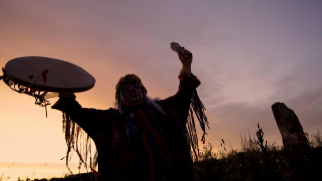 the shaman performs the rite at sunrise. - cerimonia tradizionale video stock e b–roll