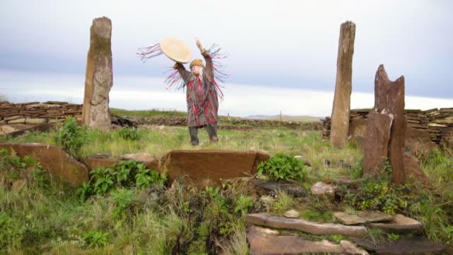 the shaman performs the rite at sunrise. - 手品師点の映像素材/bロール