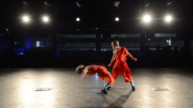 the shaolin monks have travelled from their temple in the foothills of the song shang mountains in china's henan province to perform the ultimate... - パフォーマンス点の映像素材/bロール
