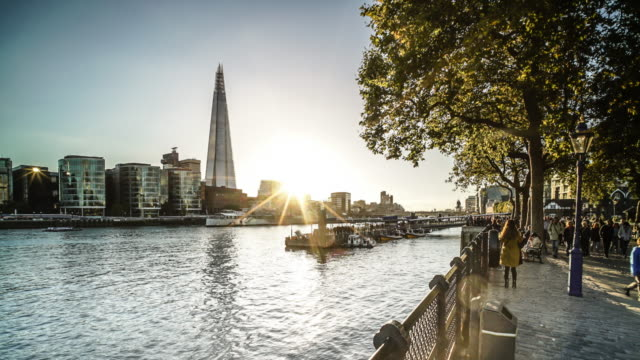 vidéos et rushes de the shard and the river thames in london at sunset - moins de 10 secondes