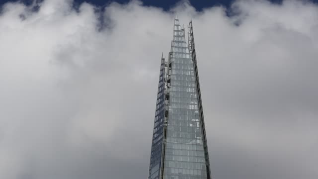 the shard, the tallest building in london, uk. - finanzen und wirtschaft stock-videos und b-roll-filmmaterial