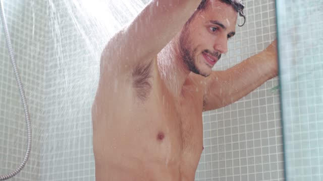 vídeos de stock e filmes b-roll de the shower is a great way to stimulate body circulation - homem tomando banho