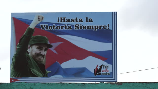 """vidéos et rushes de the sign reads 'ever onward to victory' . after the death of the cuban leader, the signs with his photos and phrases appear under the phrase """"fidel... - cuba"""