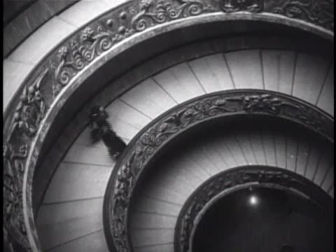 vs the simonetti staircase people walking into loggia di raffaello people standing before 'the transfiguration' painting italian high renaissance art... - stato del vaticano video stock e b–roll
